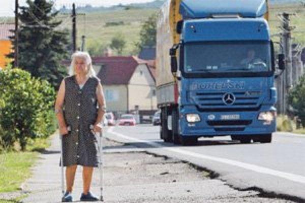 V Dobrej Nive sa kamiónom vyhnú na rozbitú krajinicu.