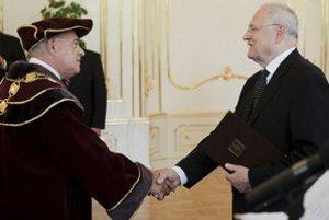 Jozefa Matúša pred dvomi rokmi vymenoval za rektora UCM prezident Ivan Gašparovič.
