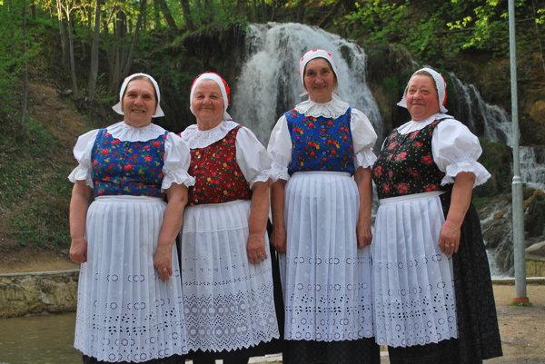 Panie Štefánia Drusková,Mária Drusková, Anna Ulíková aMagdaléna Senková.⋌