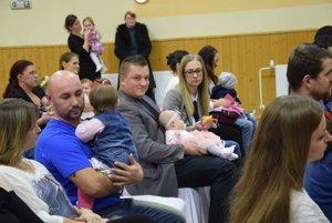 Rodičia s najmenšími zborovskými detičkami.