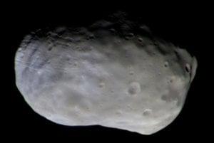 Farebný záber mesiaca Phobos odfotený sondou TGO zo vzdialenosti 7700 kilometrov.