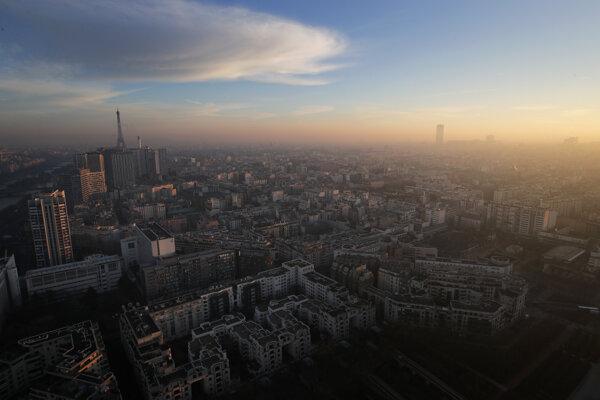 Paríž je zahalený do smogu.