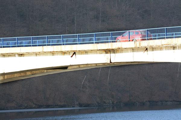 Prasklina. Voľným okom vidieť, že most praská.