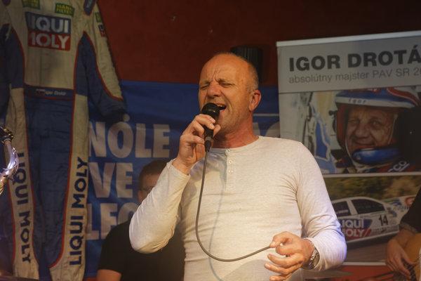 Má zaujímavú farbu hlasu. Najradšej spieva Cockera, Claptona či Bonnie Tyler.