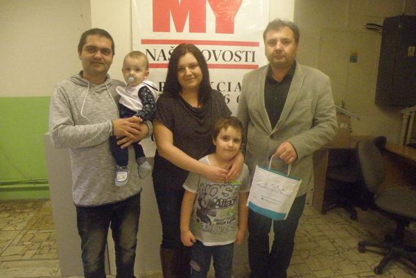 Magdaléna Kollárová s rodinou pri preberaní ceny, ktorú jej odovzdal riaditeľ Wellness Hotela Patince Branislav Rybárik.