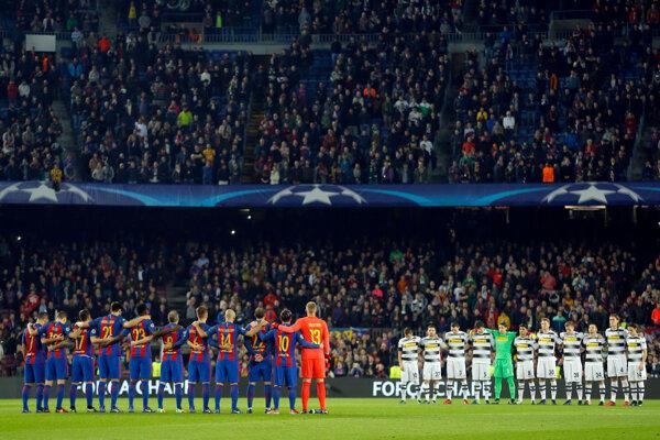 Futbalisti FC Barcelona si rovnako ako ich súper Borussia Mönchengladbach uctili pamiatku obetí minútou ticha pred zápasom Ligy majstrov.