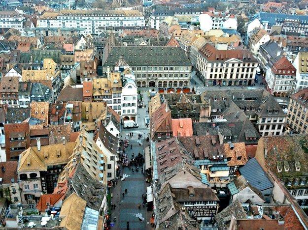 Malebné uličky. Výhľad, aký sa naskytá z veže katedrály Notre Dame si vychutnáte po tom, ako zdoláte úzkych vyše 600 schodov. Malé kardio cvičenie je nič v porovnaní s tým, čo zhliadnete na vrchole 142 metrov vysokej veže. Ako na dlani sa vám ukáže mesto z vtáčej perspektívy z rôznych pohľadov a smerov.