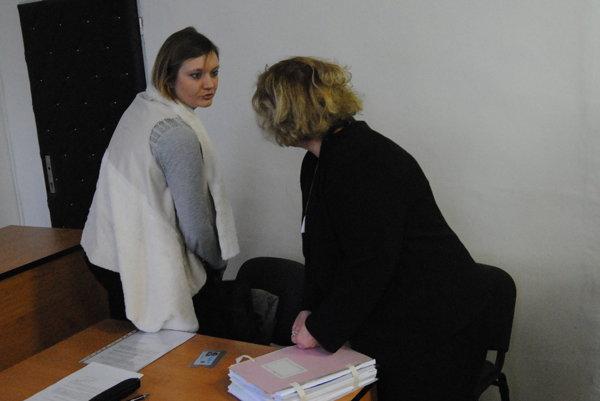 Na súde ekonomická riaditeľka Mecom Group Katarína Repková (vľavo) s advokátkou. Druhá strana neprišla.