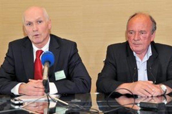 Nový a odchádzajúci šéf Slovenskej lekárskej komory Marián Kollár a Milan Dragula.