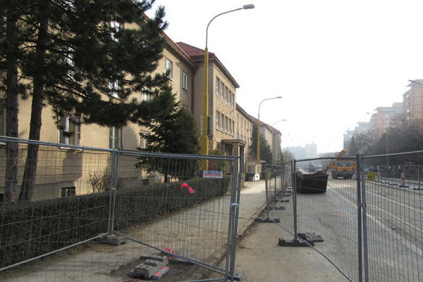 Uprostred chodníka. Na B. Němcovej budú chodcom zavadzať nové stĺpy trakčného vedenia.
