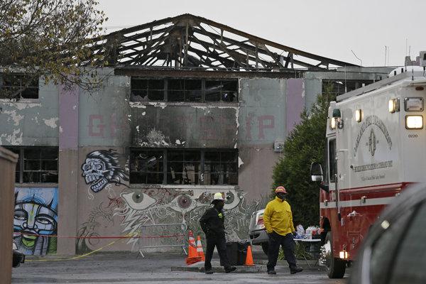 Sklad v Oaklande slúžil ako priestor pre nezávislé umenie s názvom The Ghost Ship. Pred týždňom v ňom zahynulo vyše tridsať ľudí.