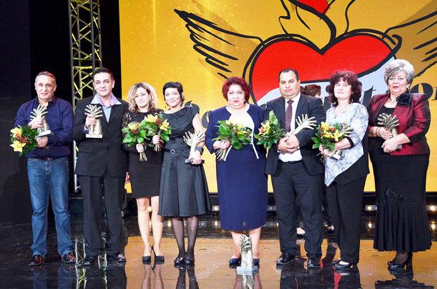 Pri preberaní ocenenia Roma Spirit v Kategórii Kultúra. Miloš Rác celkom vľavo.
