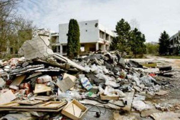 Zničený areál práčovne a čistiarne.