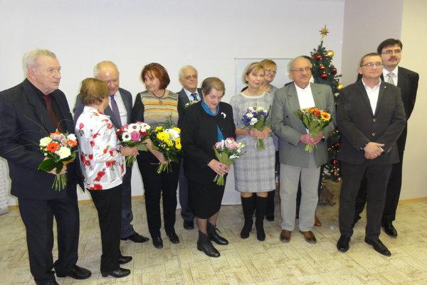 Lekári a zdravotné sestry si prevzali ocenenie z rúk riaditeľa nemocnice a predsedu predstavenstva Svetu zdravia Ľuboša Lopatku.