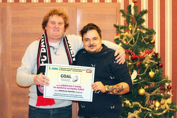 Šťastný výherca tipovačky Miroslav Drahoš prijíma gratuláciu k prvenstvu od Mareka Farkaša zo spoločnosti Goal Travel.