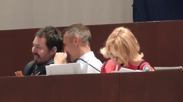Kým Polaček čítal svoj rekordne dlhý návrh 1 hodinu a 13 minút, ostatní poslanci sa bavili alebo si odskočili na kávu či cigaretu. Napríklad Raši, ku ktorému si za predsednícky stôl prisadol poslanec Brixi, chrúmal tyčinky.