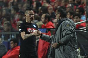 Marek Hamšík si podáva ruku s trénerom Mauriziom Sarrim. V osemfinále Ligy majstrov Neapol dostal súpera veľkého mena.