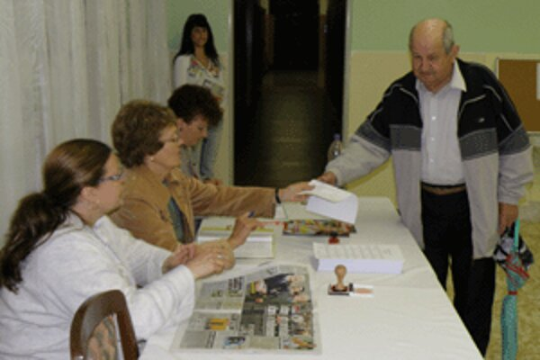 V piatom prievidzskom okrsku prišli prví občania hlasovať asi desať minút po siedmej.