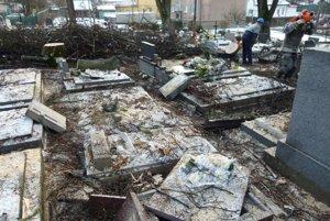 Vietor zanechal po sebe na cintoríne poriadnu spúšť.