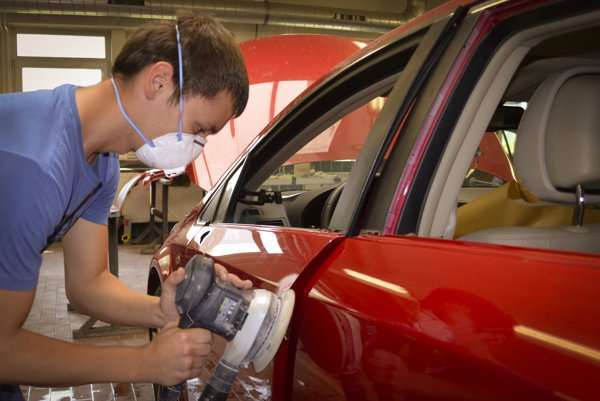 Chýbajú v praxi. Odborníkov na autá potrebujú servisy ako soľ.