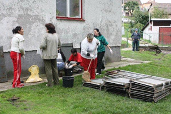 Dobrovoľníci pomáhali v handlovskom Jazmíne.
