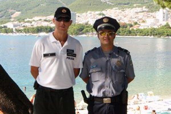 Slovenskí policajti ako pomoc pre našich turistov na chorvátskej pláži v roku 2009.