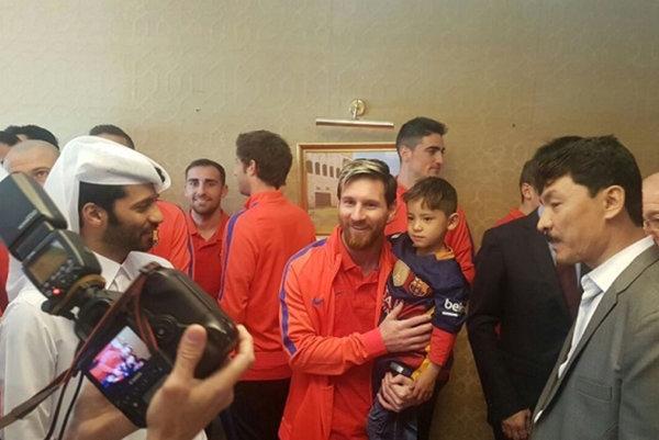 Lionel Messi sa stretol s Murtazom Ahmadim.