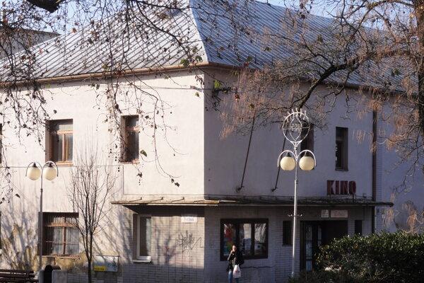 Budova bývalého kina Tekov je v dezolátnom stave.
