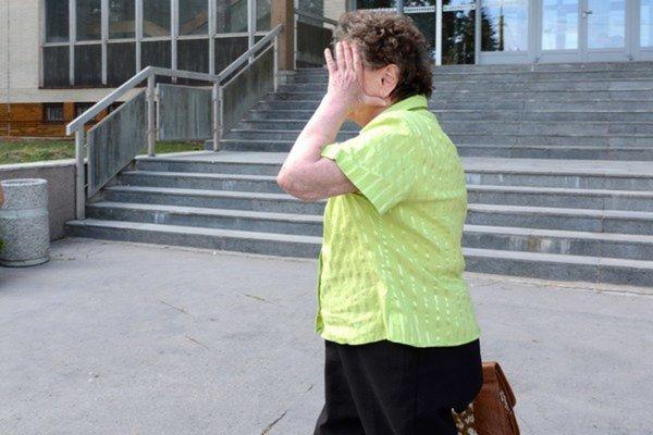 Helena B. odchádza zo súdu. Sudca ju do väzby nevzal.