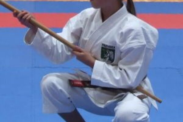 Paulína Kotlářová pri cvičení so zbraňou.