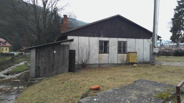 Budova stojí v tesnej blízkosti potoka. Najdrahšie bude špeciálne odstránenie azbestovej strechy.