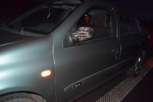 Nebezpečný vodič poškodil žene spätné zrkadlo.