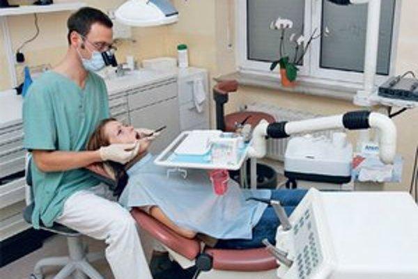 Niektorí pacienti chodia k zubárovi, aj keď musia platiť.