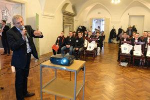 Na snímke vľavo Juraj Sabol z VSE Holding, a. s. a súťažiaci študenti.