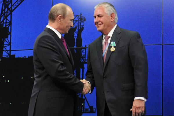 Rex Tillerson (vpravo), budúci americký minister zahraničia a priateľ ruského prezidenta Vladimira Putina.