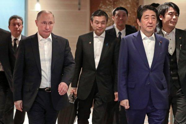 V popredí ruský prezident Vladimir Putin a japonský premiér Šinzó Abe.
