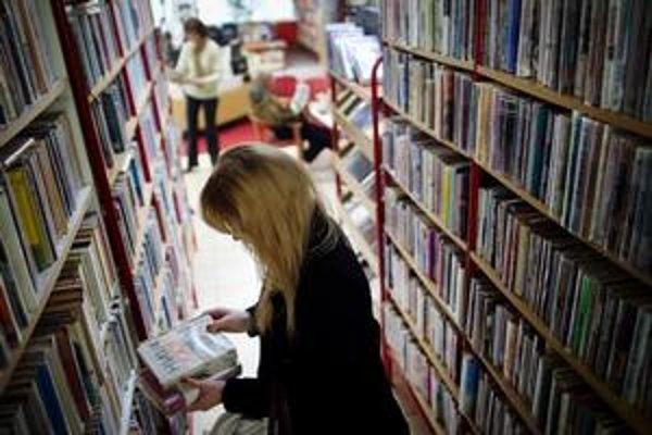 Do knižníc stále čitatelia chodia.
