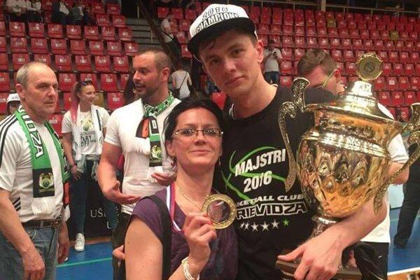 Jakub Kádaši so svojou maminou po zisku majstrovského titulu vPrievidzi.