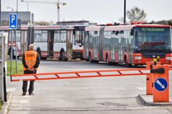 Autobusy aj električky strážia muži v reflexných vestách.