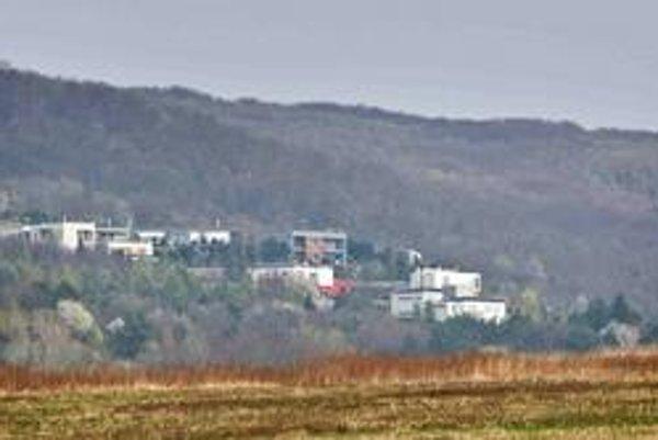 Pohľad na komplex, kde má okrem šéfov Penty dom aj minister hospodárstva.
