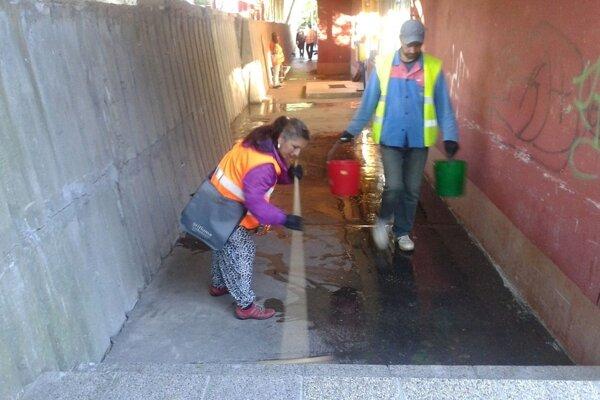 Aktivační pracovníci predstavujú jediný spôsob, akým mesto môže zabezpečiť čistotu podchodu.