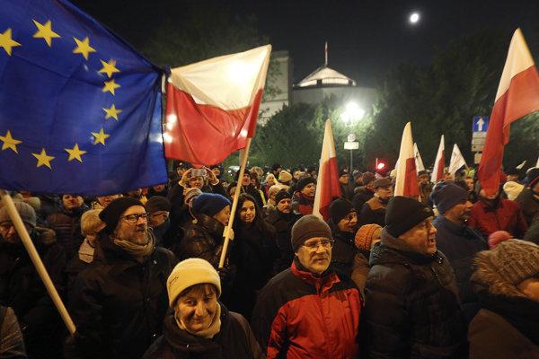 Na snímke tisíce demonštrantov sa v piatok 17. decembra 2016 večer pridali k opozičným poslancom, ktorých pobúril zámer vládnucej strany Právo a spravodlivosť (PiS) presadzujúcej od začiatku nadchádzajúceho roka výrazné obmedzenie prístupu novinárov do Sejmu -  dolnej komory parlamentu vo Varšave.
