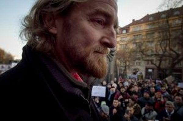 Tom Nicholson ako rečník na Proteste Gorila.