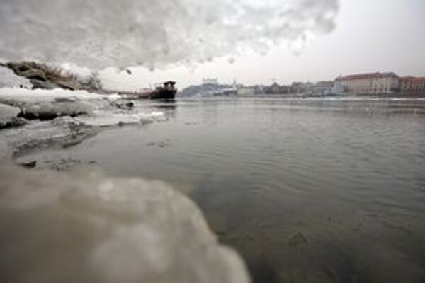 Ľad na hladine Dunaja v Bratislave.
