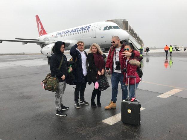 Pripravení vyraziť. Na cestovateľské dobrodružstvo sa dali nahovoriť (zľava) Dragan Stojakovič, Selassie, Evelyn a Ľubo Šiška s frajerkou.