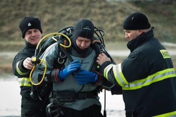 Minister vnútra Daniel Lipšic počas výcviku služobných potápačov v Senci.