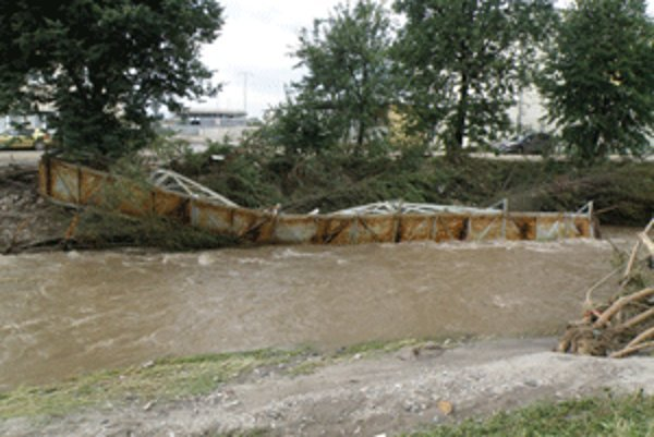 Chodcami hojne využívanú lávku strhla pri záplavách voda.