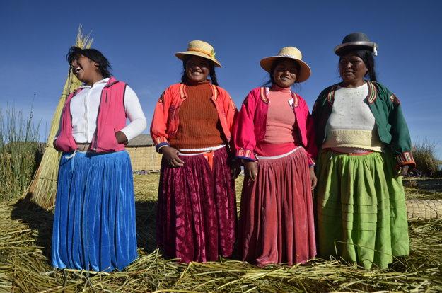 Ženy indiánskeho kmeňa Uros žijú na plávajúcich ostrovoch na jazere Titicaca vBolívii.