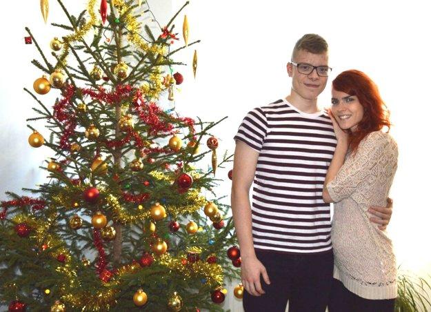 Paula Mokrá zdobievala stromček vždy s bratom Dominikom narodeným 24. decembra.