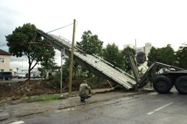 Montáž provizórneho mosta v Prievidzi sprevádzali komplikácie.